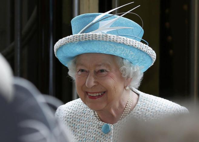 La reina Isabel II, a su llegada a la estación de ferrocarril de...