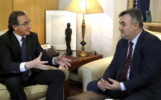 El ministro de Sanidad, Alfonso Alonso (i), y el ministro consejero de...