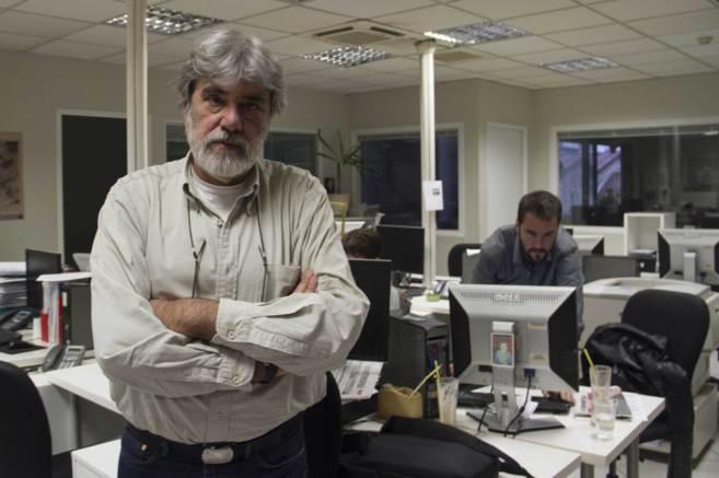 El periodista Dimitri Psarras, en la redacción de 'Efimerida ton...