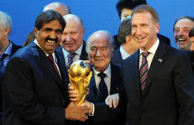 Blatter, junto al emir de Qatar y al ministro de deportes de Rusia, en...