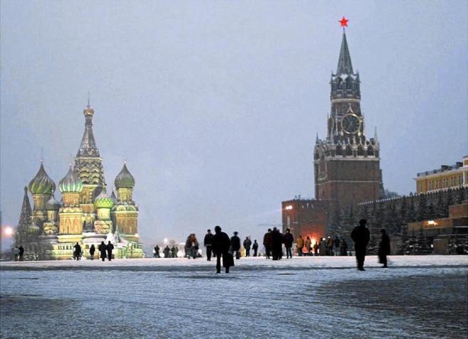 Ciudadanos moscovitas paseando en la Plaza Roja de Moscú.