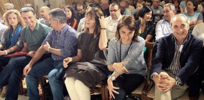Idoia Mendía (4i), junto a destacados dirigentes de esta formación,...