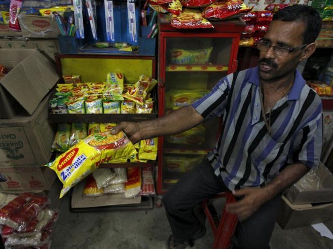 Un tendero vende los fideos Maggi en una tienda de Kolkata, en la...