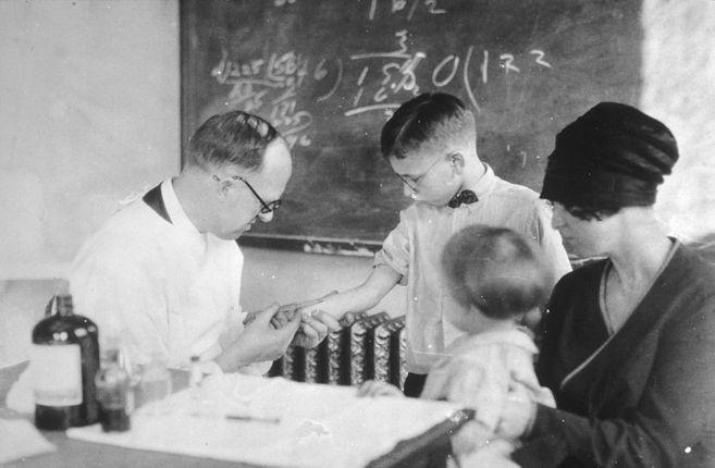 Un niño recibe una inyección de toxina diftérica diluida en 1915.