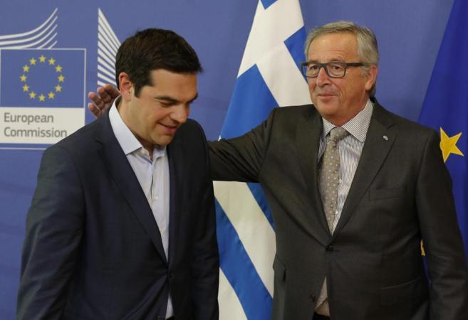 Alexis Tsipras y Jean-Claude Juncker, en la sede de la UE en Bruselas...