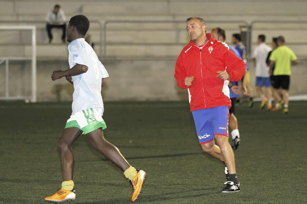 'Juanele', en un entrenamiento con el Unión Deportivo Siero.