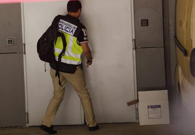 Un policía accede al Instituto Tecnológico de la Óptica, Color e...