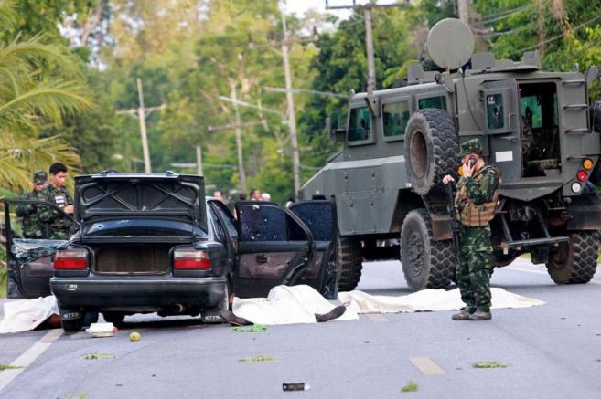 Soldados tailandeses inspeccionan el lugar en el que cuatro...