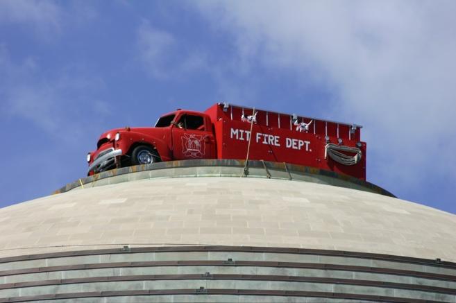 Camión de bomberos elevado a la famosa cúpula del MIT para...