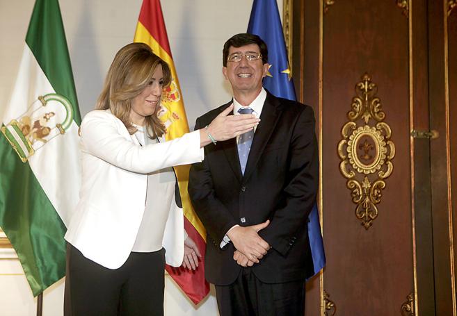 La presidenta en funciones, Susana Díaz, con el líder de C's,...