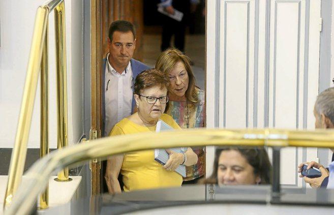 La presidenta en funciones, a su entrada al hemiciclo de la...