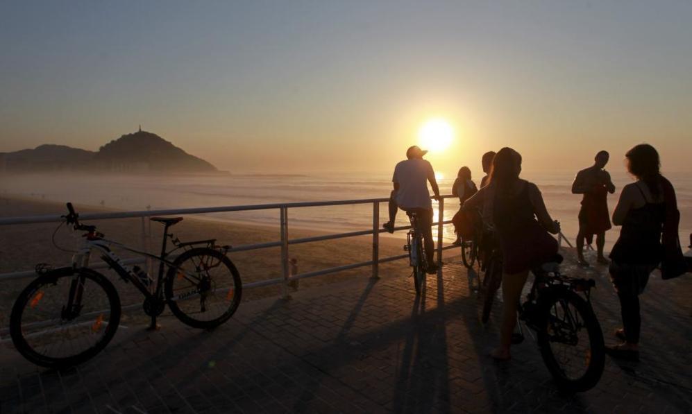 Atardecer en la playa de la Zurriola de San Sebastián.