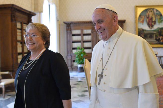 La presidenta de Chile, Michelle Bachelet, y el Papa Francisco,...