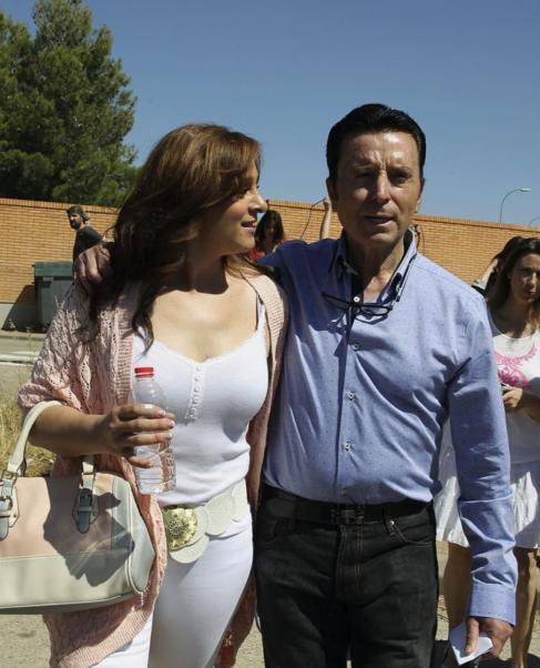 José Ortega Cano, con su pareja, al salir de la cárcel.