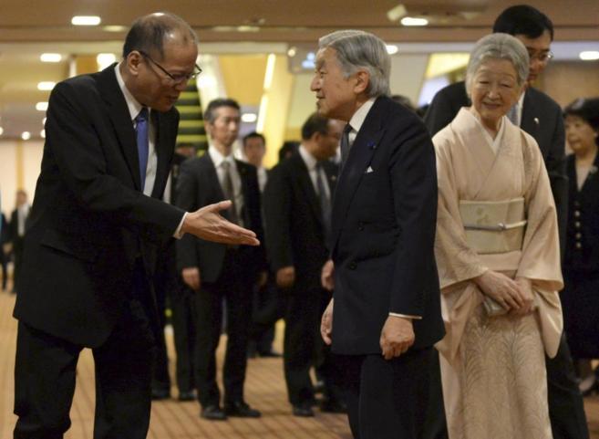 Benigno Aquino saluda a los emperadores Akihito y Michiko este viernes...