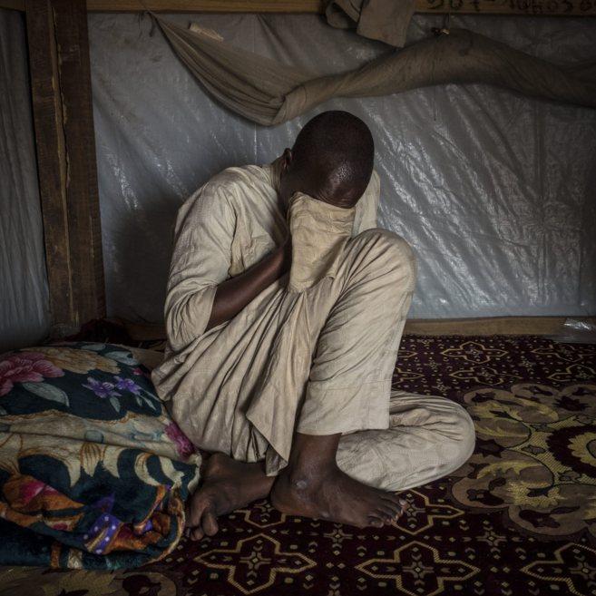 Un refugiado de Chad llora en un campo de refugiados en República...