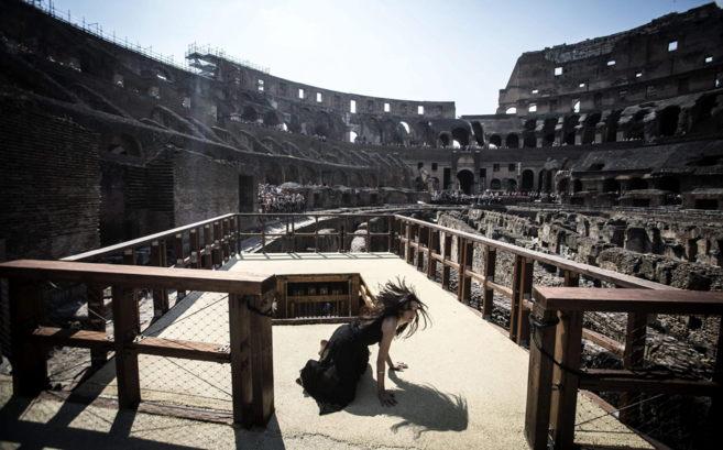 Una actriz representa la salida desde un montacargas de un animal en...