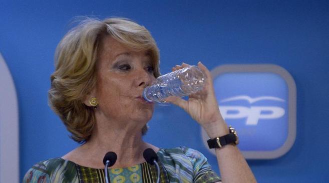 Esperanza Aguirre bebe un trago de una botella de agua de plástico...