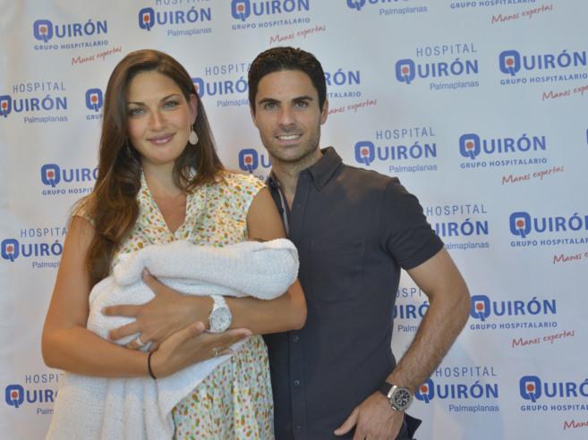 La pareja ha presentado a su tercer hijo este viernes, en el hospital...