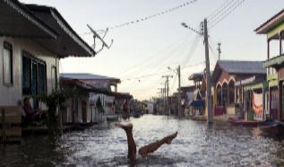 Inundación del río Solimoes en Anama (Brasil).