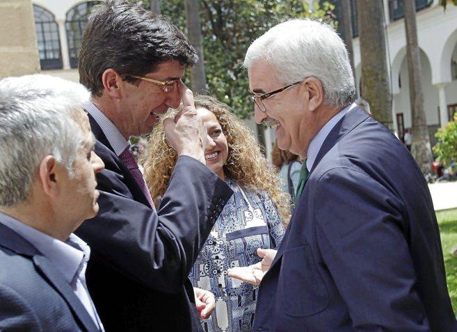 El candidato de Ciudadanos, Juan Marín, saluda al vicepresidente de...