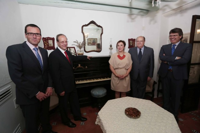 El profesor Sanchez Trigueros (cuarto) y las autoridades junto al...