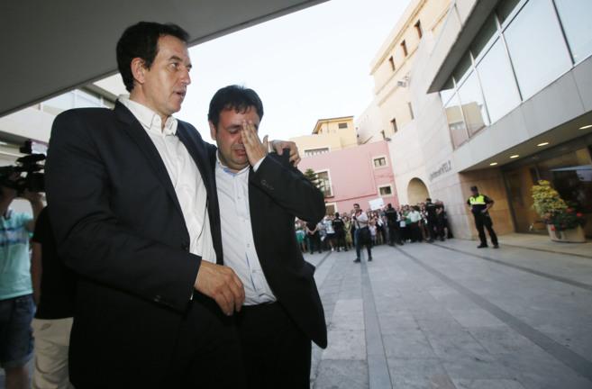 Juan Anguix consuela al concejal de Deportes durante la concentración...