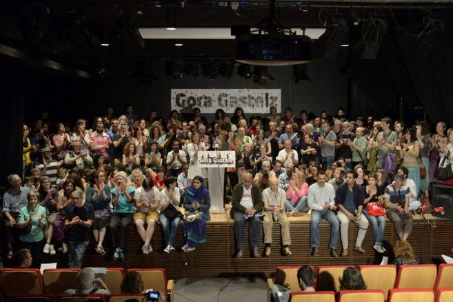 Gora Gasteiz reunió ayer a más de un centenar de personas para pedir...