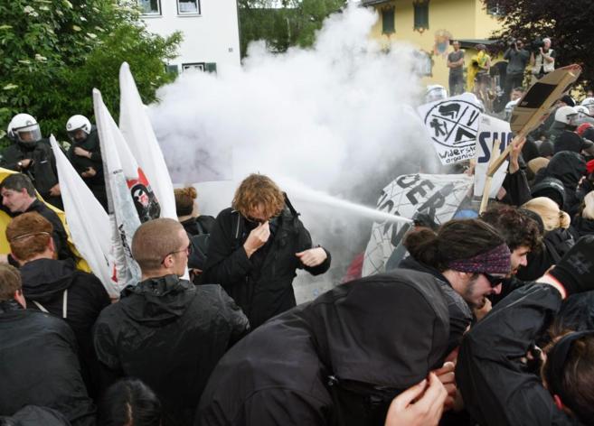Agentes tratan de disolver la protesta de opositores al G-7 tras los...