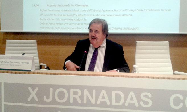 El magistrado Rafael Fernández Valverde, durante su conferencia en...