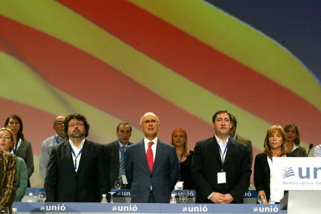 Duran Lleida flanqueado por Antoni Castella (izquierda), de la...