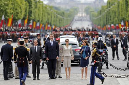 Los Reyes de España, recibidos con todos los honores a su llegada a...