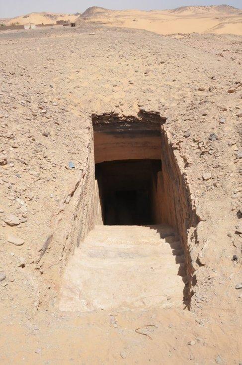 Entrada a los enterramientos, en Asuán. MINISTERIO DE ANTIGÜEDADES...