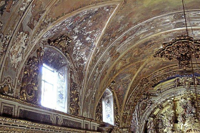 Bóvedas de la capilla, con numerosas pérdidas de pintura mural y el...