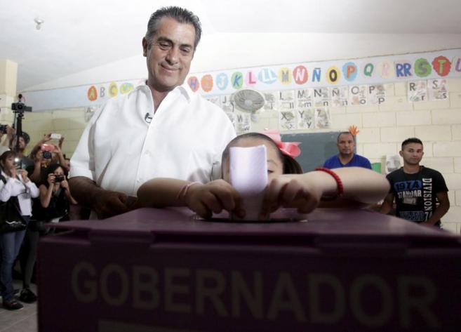 Jaime Rodríguez, candidato independiente, deposita su voto junto a su...