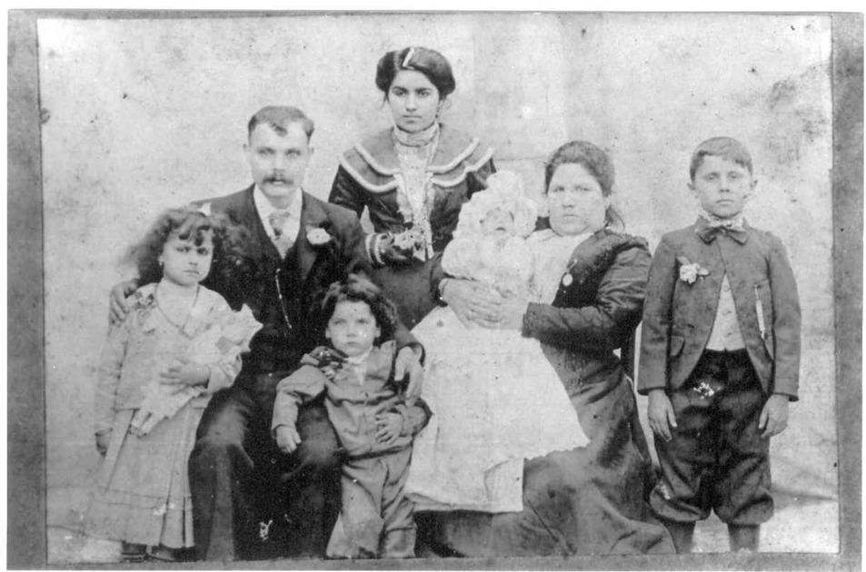 Jacobo Bibas junto a su mujer, Mesodi Tobelem y sus hijos, Simi,...