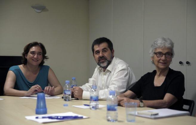 Colau junto al presidente de la ANC, Jordi Sánchez, y la de Òmnium,...