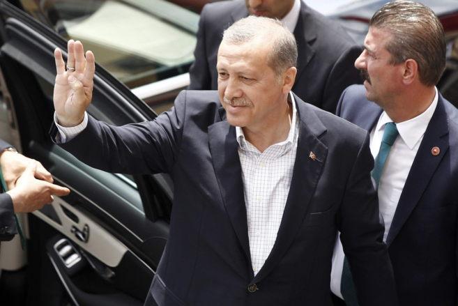 El presidente Recep Tayyip Erdogan saluda al llegar a un colegio...
