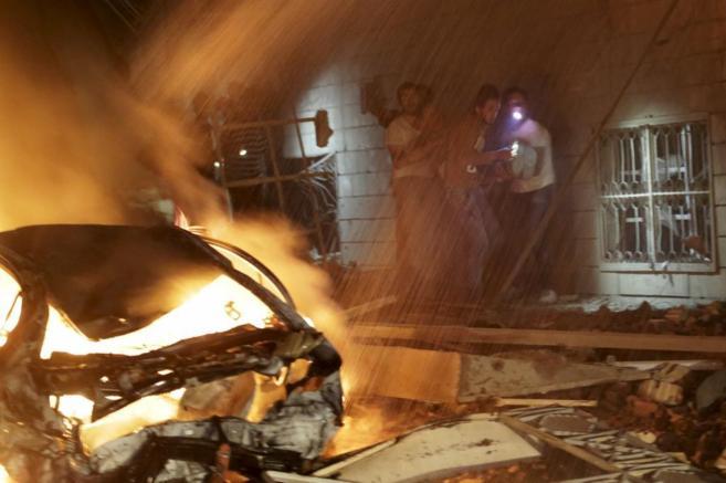 Varios hombres llevan a un civil herido en un bombardeo de la...