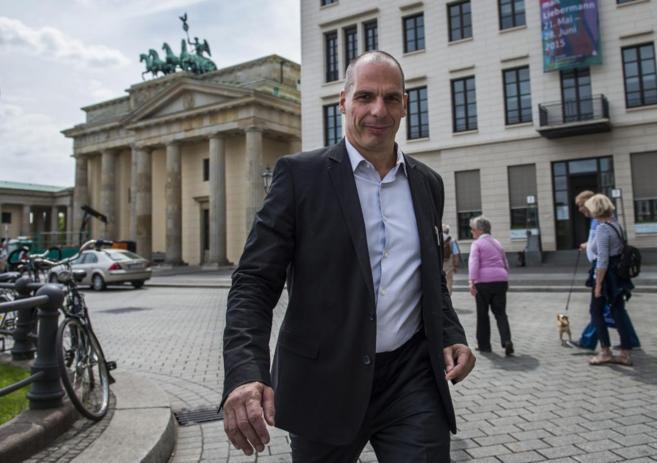 El ministro de Finanzas griego, Yanis Varoufakis, a la salida de su...