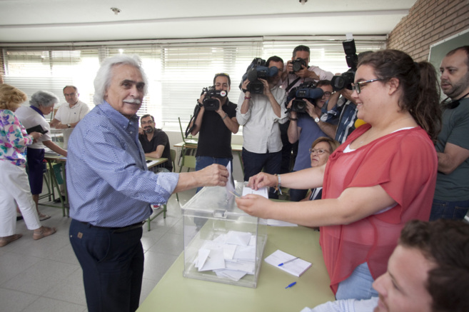 El candidato de UCOR y empresario Rafael Gómez votando en las...