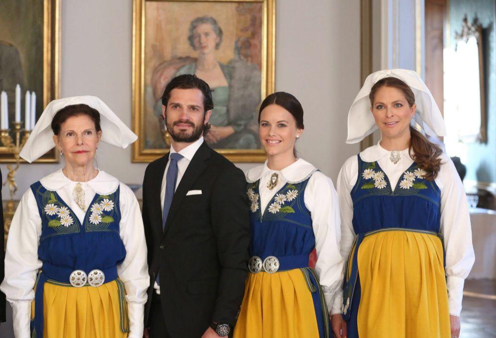 En esta imagen posaba con la familia real sueca y ataviada con el...