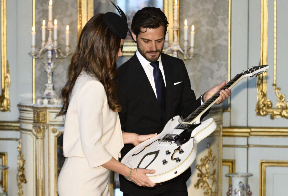 Ese día recibieron originales regalos, como una guitarra eléctrica.