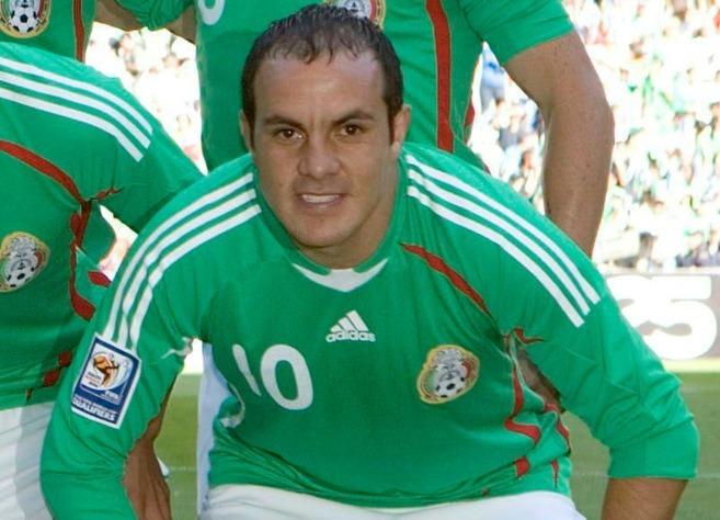 Cuauhtémoc Blanco se dispone a jugar un partido de fútbol con la...