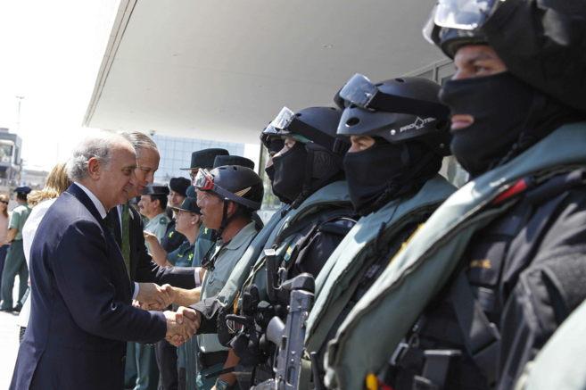 El ministro del Interior saluda el lunes a agentes de la Guardia Civil...