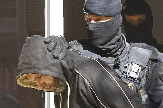 El presunto líder de la célula yihadista tras ser detenido por los...