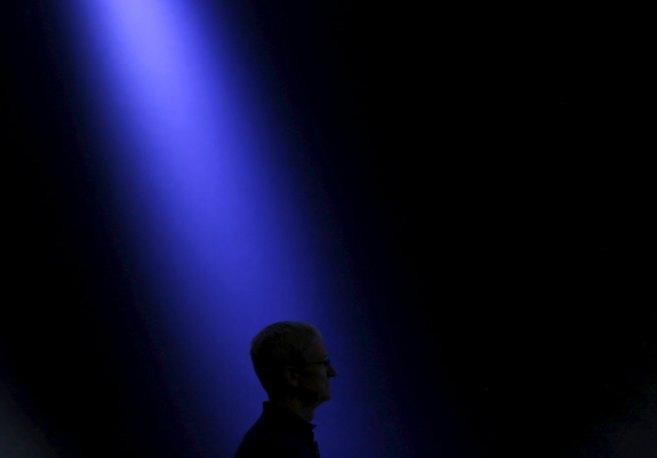 El jefe de Apple, Tim Cook, en el escenario para anunciar las...