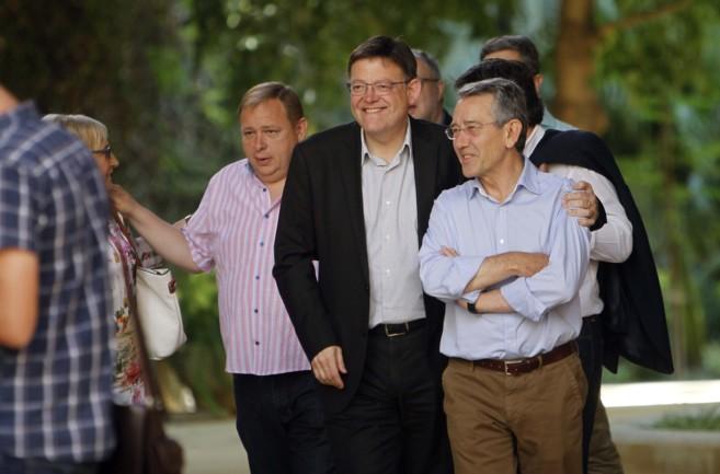 Ximo Puig, ayer, junto a sus diputados bajo el ficus del jardín de...