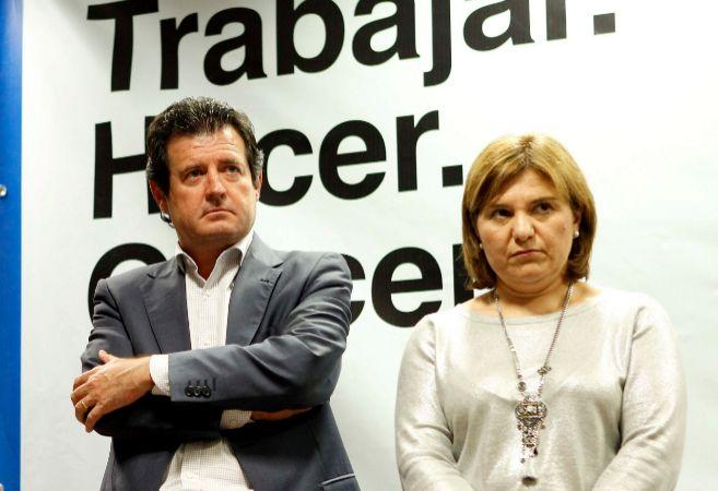 La coordinadora del PP, Isabel Bonig, junto al presidente del partido...