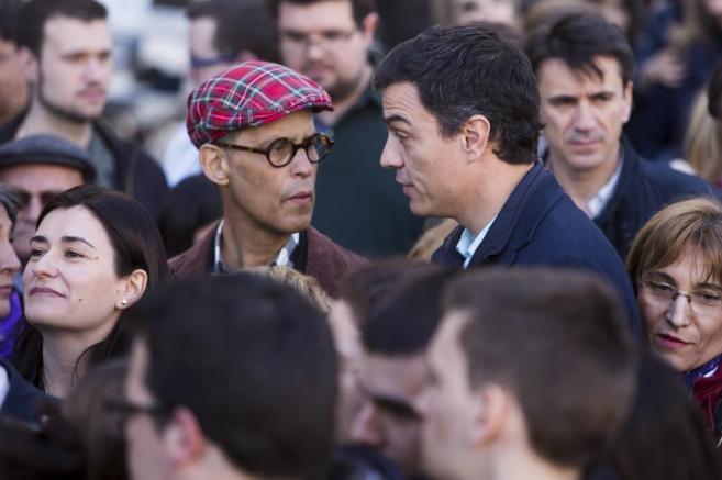Pedro Zerolo y Pedro Sánchez conversan en la manifestación del Día...